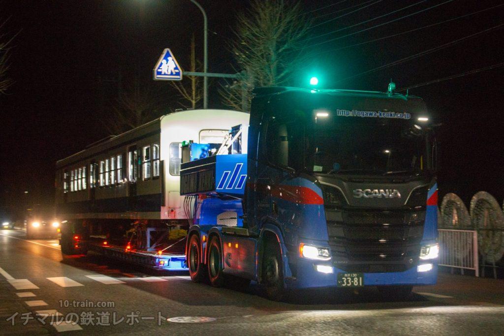 小川建機の新型トレーラーで運ばれる新101系1261F「クハ1262号車」陸送