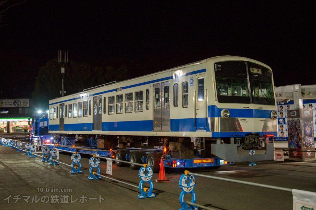 西武球場前広場から搬入位置までバック走行する新101系1261F「クハ1262号車」陸送