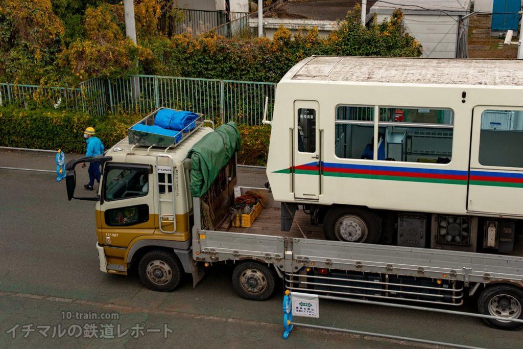 トラックに積載されるレオライナーを俯瞰する