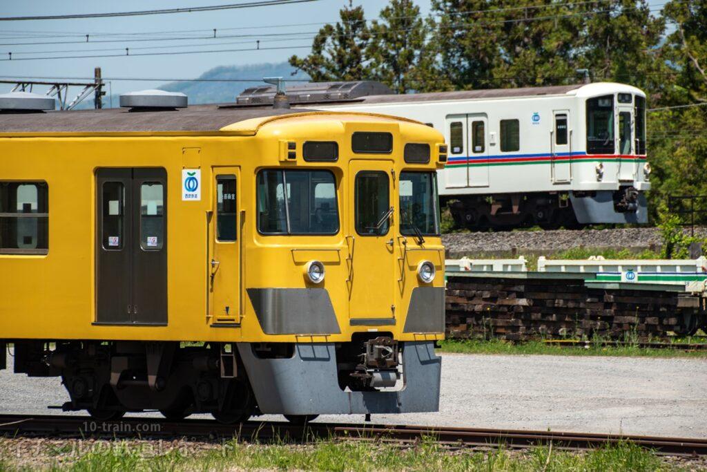 解体線に押し込まれ4000系と並ぶ旧2000系2003F
